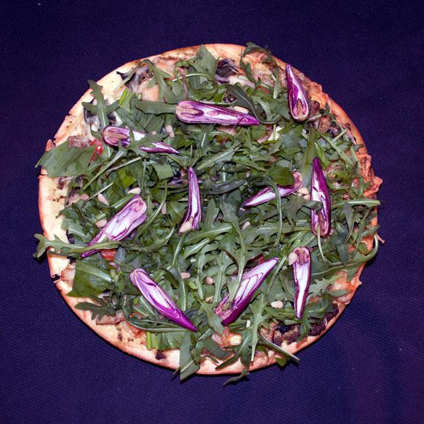 Pica sa sremušem, rukolom i magnolijom